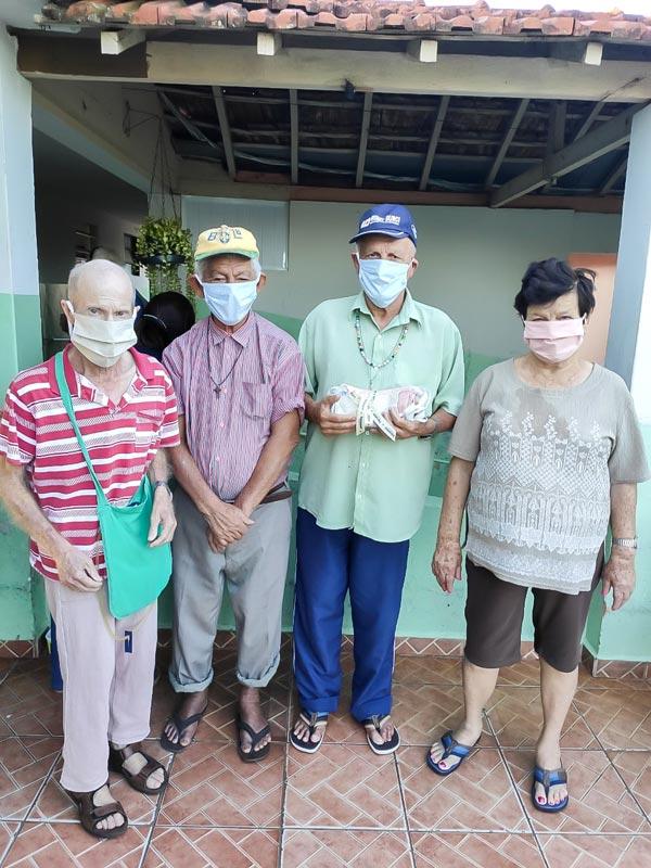 Moradores do Asilo São Vicente utilizam máscaras doadas .