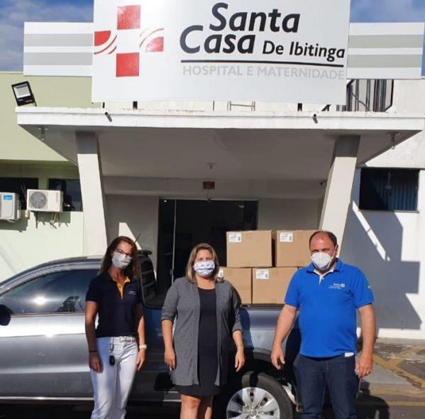 Rotary Club de Ibitinga Estância das Águas e Rotary Club de Ibitinga retirando entregando a doaçãode máscaras para a Santa Casa de Caridade e Maternidade de Ibitinga