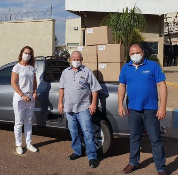 Rotary Club de Ibitinga Estância das Águas e Rotary Club de Ibitinga retirando máscaras para doação na empresa Plásticos Assencio