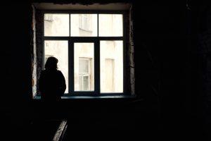 mulher isolada na janela