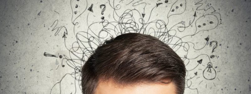 homem pensando com as mãos na testa com riscos e ideias acima da cabeça
