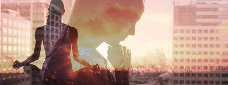 mulher pensando e meditando
