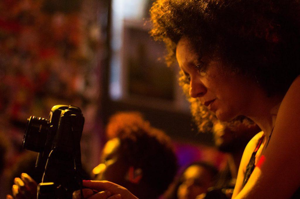 A Day Rodrigues segurando câmera e olhando para ela